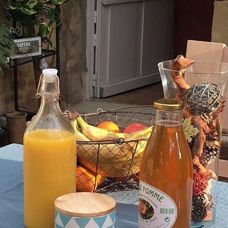 Ver-sur-Mer, فرنسا: Un petit déjeuner avec des produits frais et locaux