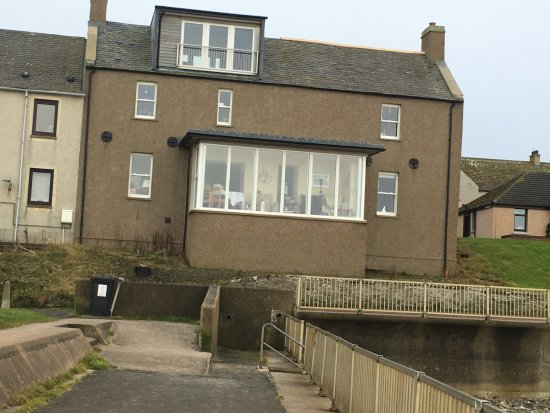 Thurso, UK: The Marine B&B from beach side... showing enclosed sun room with telescope and plenty of pamphle