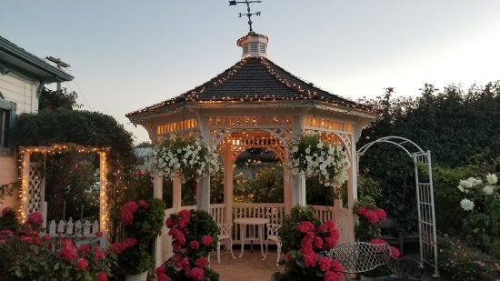 Mill Rose Inn: Gazebo at Dusk