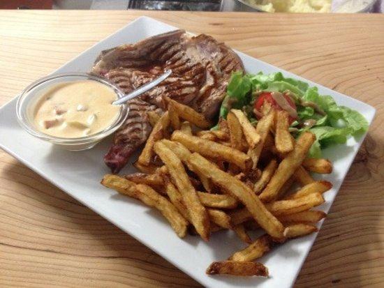 Maubuisson, France: Cote de veau grillée avec ses frites Maison
