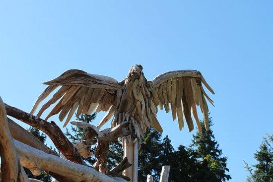 Courtenay, Kanada: Drift wood eagle at Spa entrance