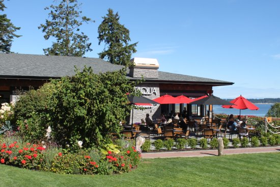 Courtenay, Canada: Hotel grounds and Ocean 7 Restaurant