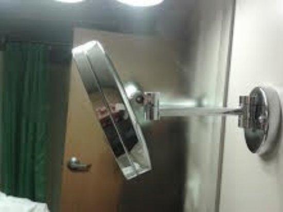 Beverly, Массачусетс: Broken mirror
