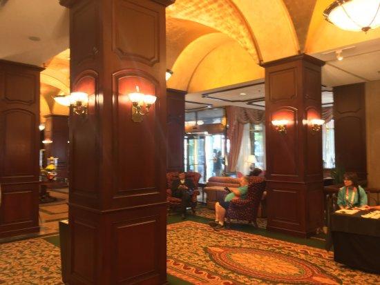 Montreal Marriott Chateau Champlain: Hotel Lobby