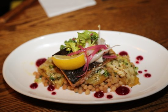Isla de Bowen, Canadá: Pan roasted salmon with honey roasted eggplant, Israeli couscous, beet purée & preserved lemon
