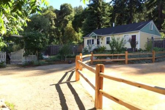 Boulder Creek, แคลิฟอร์เนีย: View from donkey corral to Carriage House