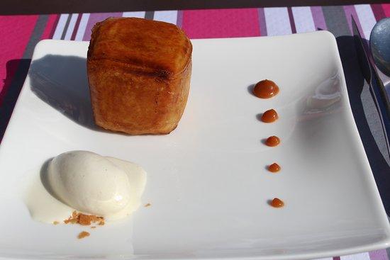Chapaize, France : Dessrt croustillant de pomme et glace à la canelle