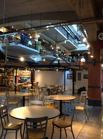 North Vancouver, Canadá: Plenty of food places and tbles to eat at