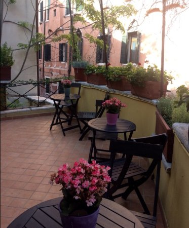 Residenza de l'Osmarin: Pretty balcony to have your breakfast while looking down on the gondolas and gondoliers