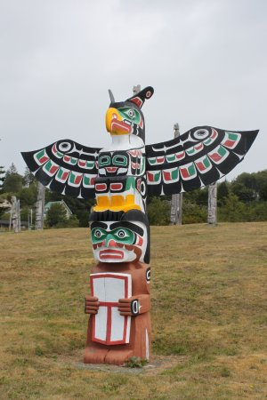Alert Bay, Canadá: First Nation Burial Ground - a newer totem pole