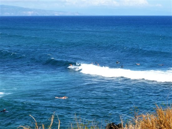 Paia, Hawái: Watch for surfers doing tricks on the waves