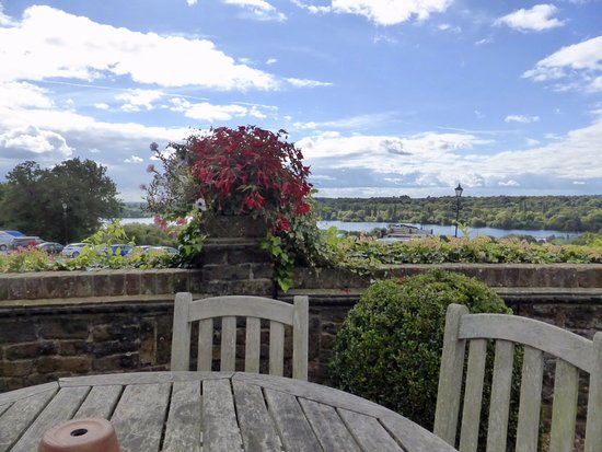 Аксбридж, UK: The view from our table on the deck at lunch