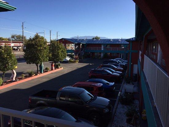 Sandia Peak Inn Motel : Shade on cars is a treat in Albuquerque