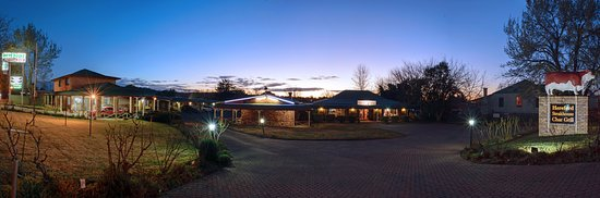 Glen Innes, Australia: The Rest Point Motor Inn at night