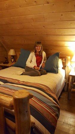 Cottonwood Meadow Lodge: Bedroom loft of log cabin
