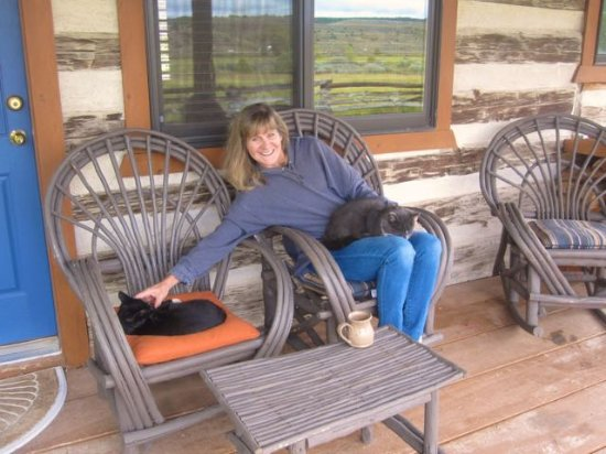Cottonwood Meadow Lodge: Enjoying coffee and cuddly cats on our back porch
