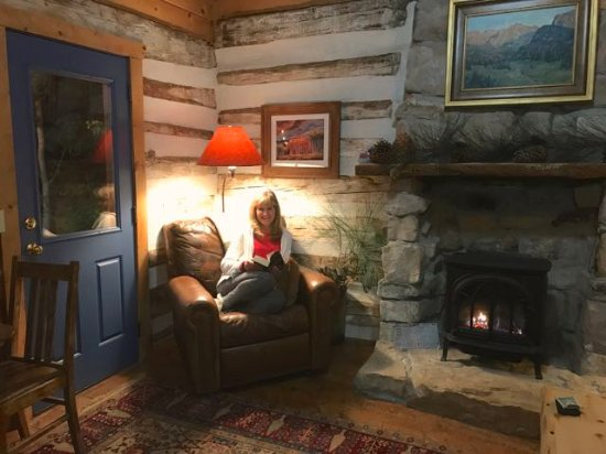 Cottonwood Meadow Lodge: Enjoying reading time next to the fireplace
