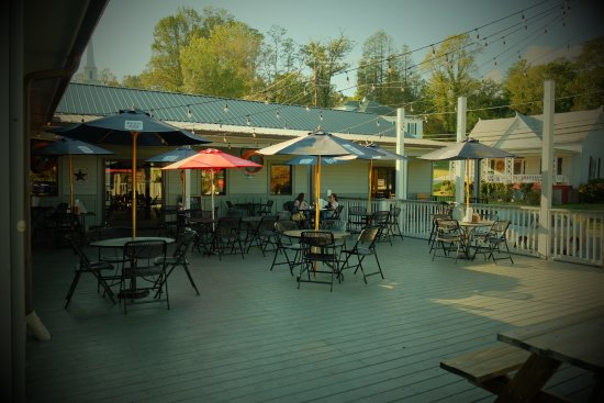 Clayton, GA: Outdoor seating at the Wicked Pig
