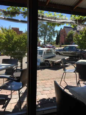 Looking to the street, Macquarie St. Cowra.