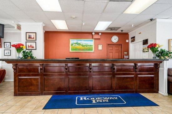 Rodeway Inn University: Front Desk