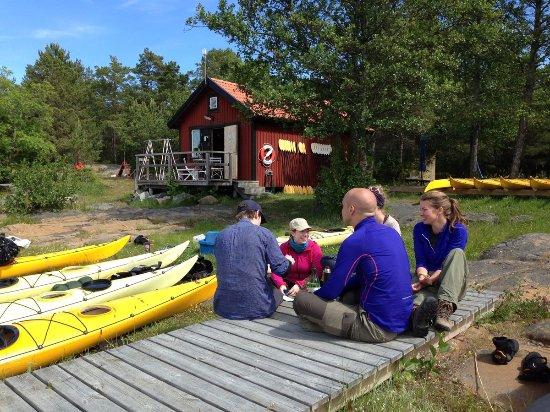 Uppsala, Suécia: Paddlare som återvänt till kanotcentralen på ön Rävsten.