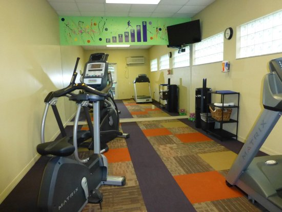 Inn of Naples: Fitness room. You have to go outside to access it from the pool area. It smelled damp.