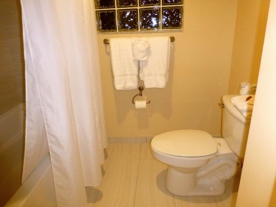 Inn of Naples: Toilet/tub/shower separated from the rest of the bathroom by a sliding door