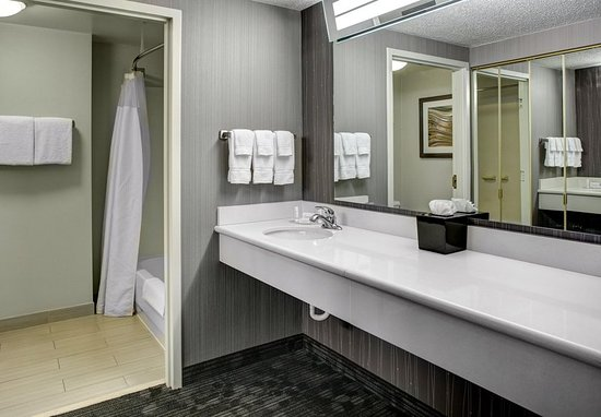 Westlake, OH: Suite Bathroom