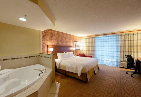 North Canton, Огайо: King Whirlpool Guest Room