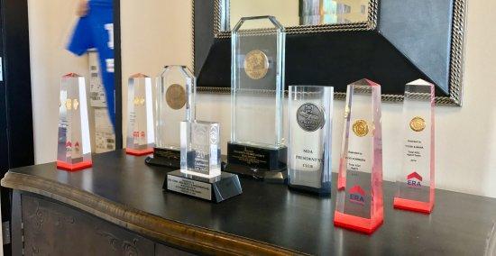 Yorba Linda, كاليفورنيا: So many awards at this office