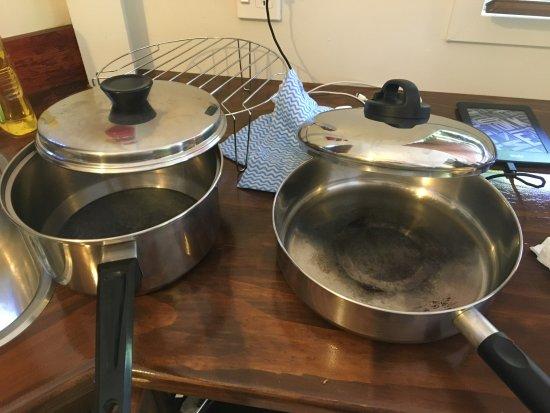 Arorangi, Cook Islands: Cooking pots- horrible fir hotel rating