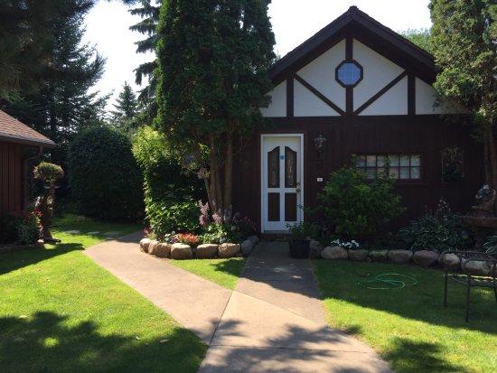 Sill's Lakeshore Inc: Backyard beautifully landscaped.