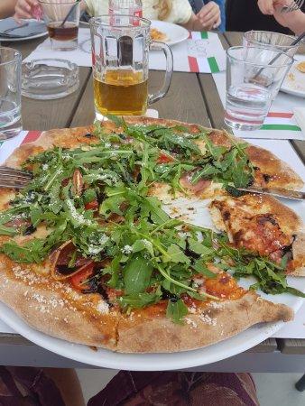 De hade fantastisk Pizza, men n även andra rätter häll hög klass