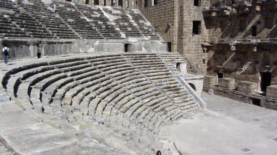 Serik, Turki: Огромный амфитеатр, так и представляешь, как в 126 году н.э. там сидели османы...