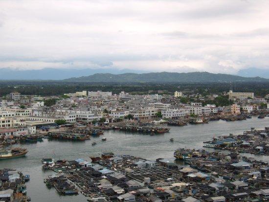 Lingshui County, China: С канатной дороги виден город и жемчужные плантации в заливе.