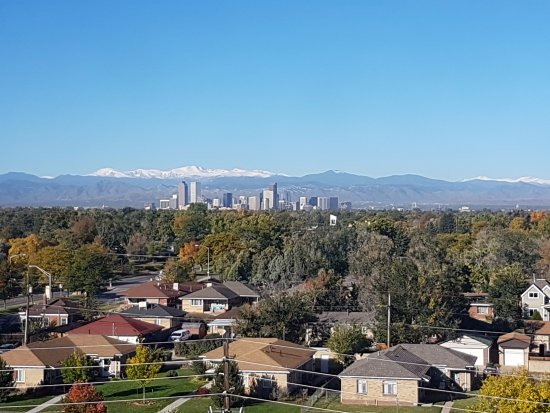 DoubleTree by Hilton Hotel Denver: View OF downtown Denver from Hotel. View from walkway.