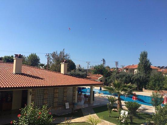 Mavruka Hotel: Вид из номера на столовую и бассейн
