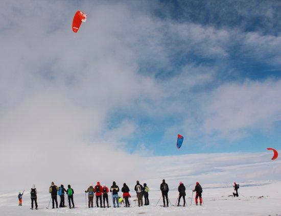 Grovelsjon, Sweden: En grupp turskidåkare i möte med ett Snowkitegäng en härlig dag i april