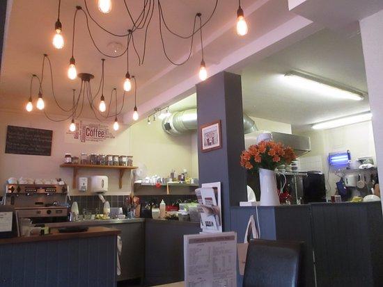 Ledbury, UK: Modern decor with open kitchen to the right