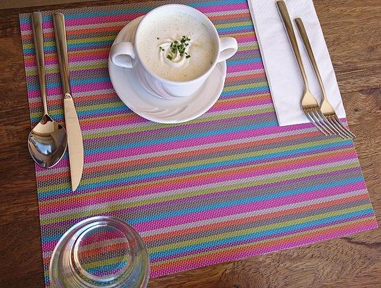 Frutigen - Restaurant Philipp Blaser - Gedeck mit Broccolicrème Suppe