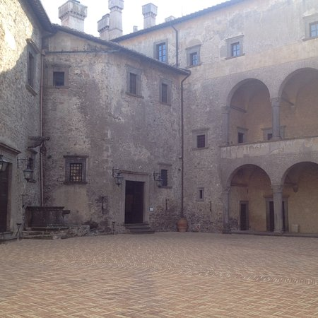 Castello Odescalchi di Bracciano: The court yard