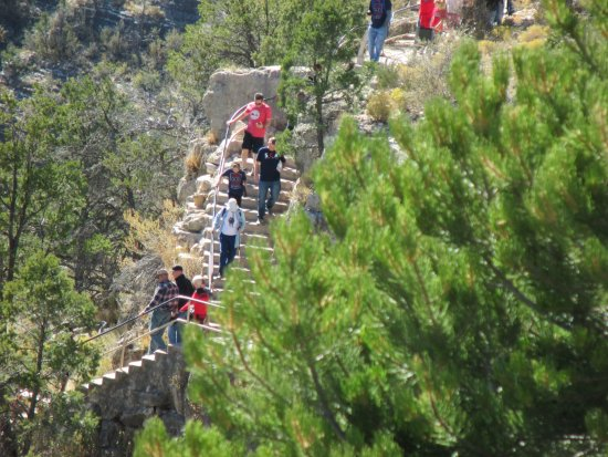 Walnut Canyon National Monument : Visitors descending the Island Trail