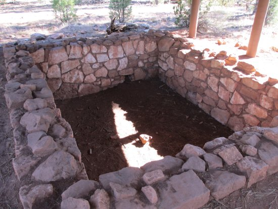 Walnut Canyon National Monument : Pit house ruins on Rim Trail