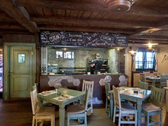 Buje, Croatia: SALA INTERNA CON GRIGLIA A VISTA