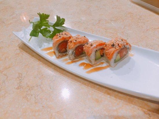 Salmone avocado alla fiamma billede af yoki ristorante for En ristorante giapponese