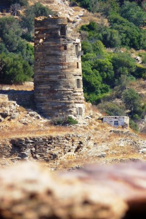 Tower Agios Petros: Walking up the hill you see the tower in the distance