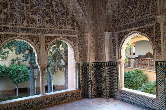 La Alhambra: Виды на внутренние дворики из Дворца Насридов.