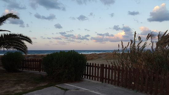 Hotel Akti Corali: Za furtką plaża i morze
