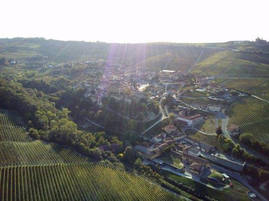 Barolo, Italy: Tra le verdi colline delle Langhe