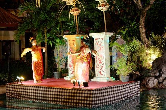 Parigata Resort & Spa: Traditional dance at Buffet Evening